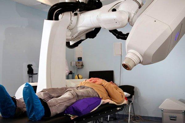 Воздействие лучами на очаги поражения существенно снимает болевые симптомы у пациента