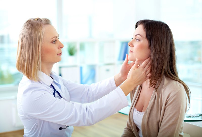 dermatolog-osmatrivaet-patsientku