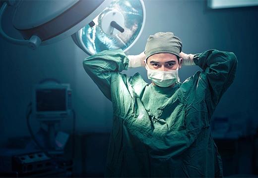 доктор завязывает маску