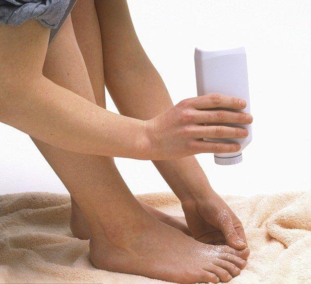 Применение присыпок для ног от потливости и запаха