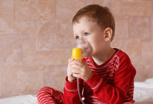 ребенок в кислородной маске