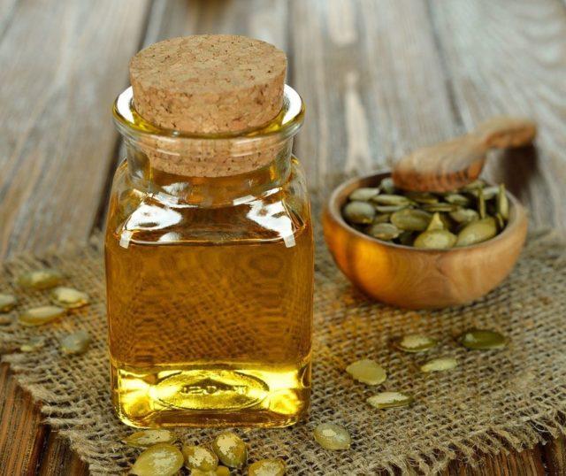 Масло тыквы изготавливают путем холодного прессования семечек с сохранением полезных свойств