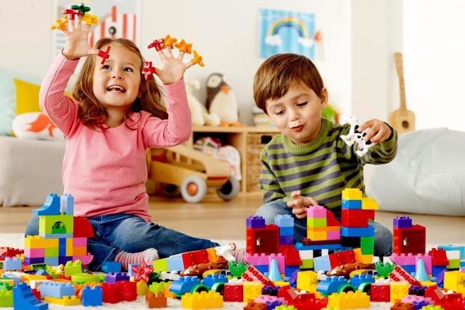 Дети играют в конструктор