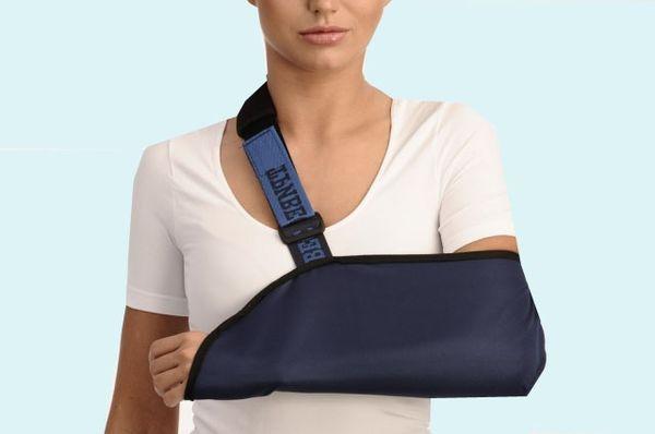 Девушка со сломанной рукой