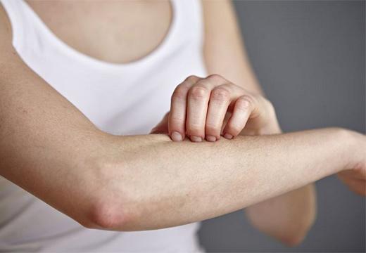 человек чешет руку
